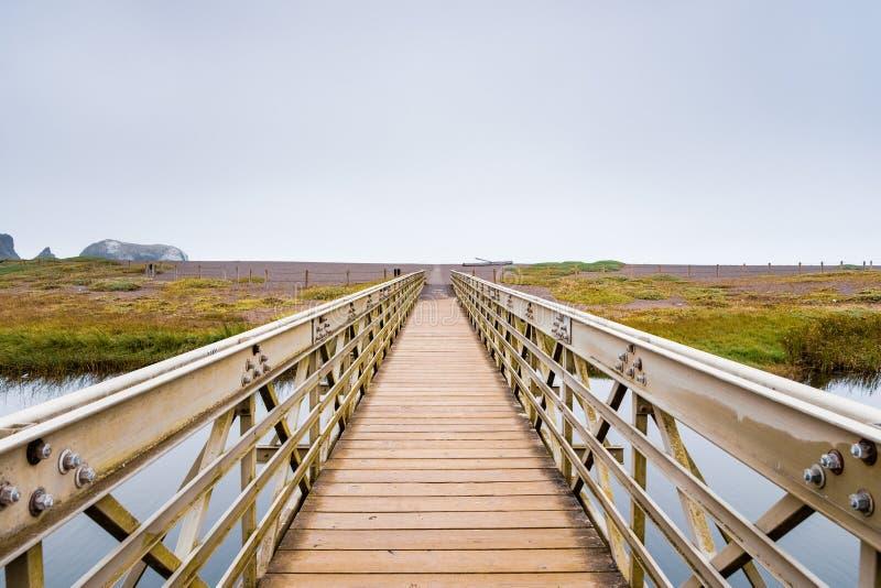 Holz- und Metallbrücke, welche die Rodeo-Lagune in Richtung zum Rodeo-Strand, Marin Headlands, Golden Gate-Erholungsgebiet, Marin stockbild