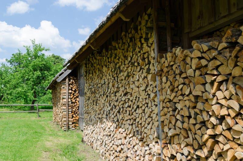 Holz vereinbart im verschütteten Dorf im Freien lizenzfreies stockfoto