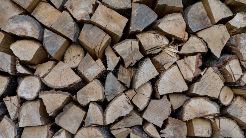 Holz wird getrocknet, bevor man in Holzkohle gemacht wird bauholz Feuerklotz Nat?rlicher Hintergrund des Brennholzes Woodpile in  lizenzfreie stockfotos