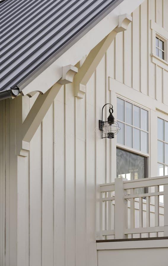 Holzböcke angebracht zu den Dach-Dachgesimsen stockfotografie