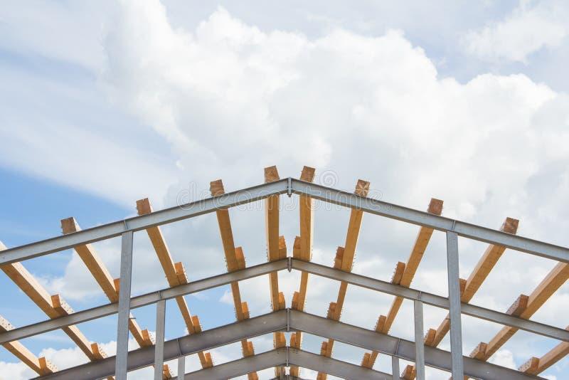 Holzbalken auf dem Metallrahmen lizenzfreie stockfotografie