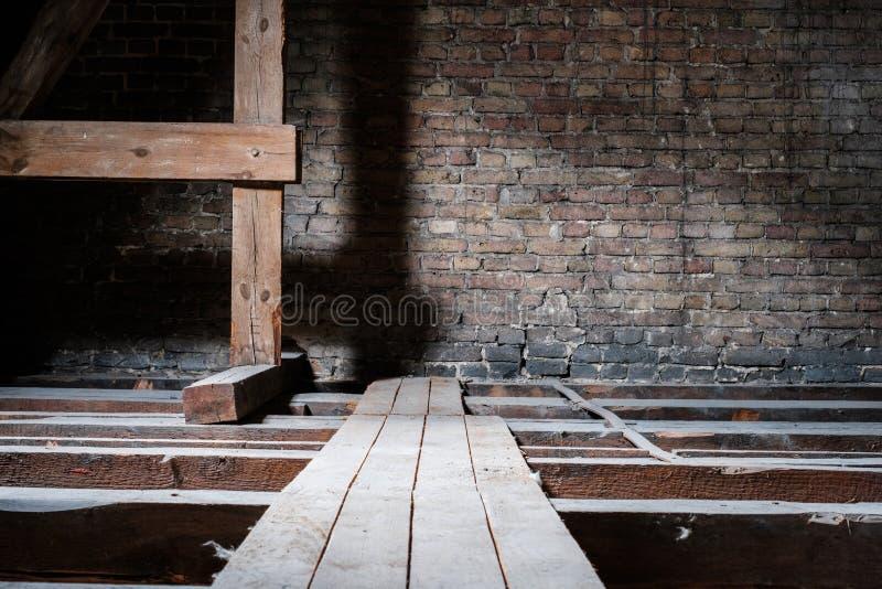 Holzbalken im leeren Dachboden/im Dachboden mit hölzernem Gehweg des Brettes und Kopienraum lizenzfreie stockfotos