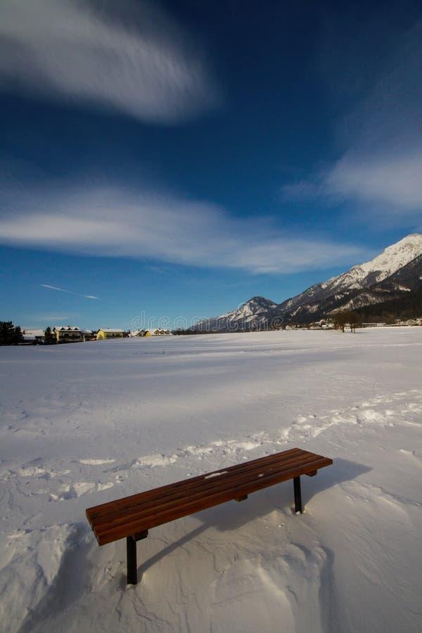 Holzbank in einem Schnee stockfotografie