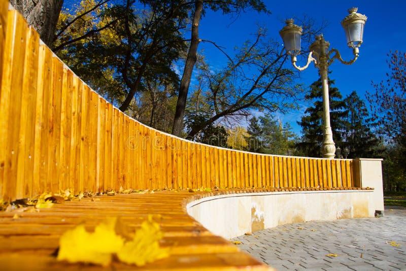 Holzbank im Herbstpark stockfotografie
