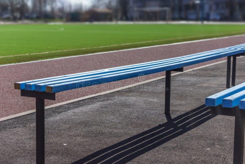 Holzbanksitze für Fans auf Fußballfußballplatz stockfotografie
