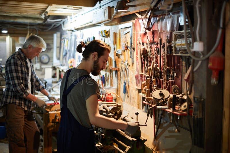 Holzbearbeitung in der Werkstatt stockbilder