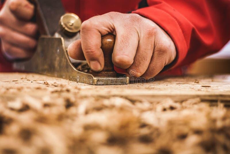 Holzbearbeitungskunst, eine ehrliche Besetzung innerhalb eines stützbaren Lebensstils Zimmerei und Ausschnitt lizenzfreie stockfotos