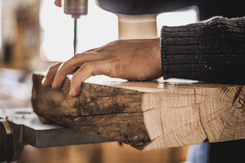 Holzbearbeitungskunst, eine ehrliche Besetzung innerhalb eines stützbaren Lebensstils Zimmerei und Ausschnitt lizenzfreies stockbild
