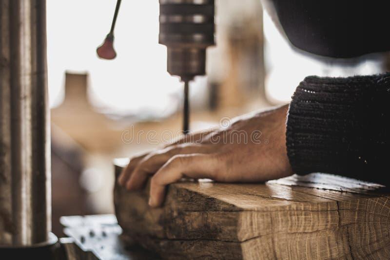 Holzbearbeitungskunst, eine ehrliche Besetzung innerhalb eines stützbaren Lebensstils Zimmerei und Ausschnitt lizenzfreie stockbilder