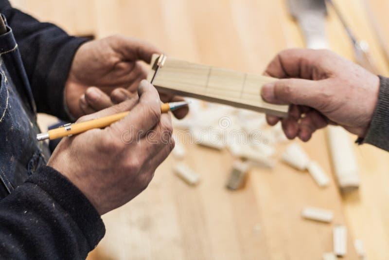 Holzbearbeitungskunst, eine ehrliche Besetzung innerhalb eines stützbaren Lebensstils Zimmerei und Ausschnitt stockbild