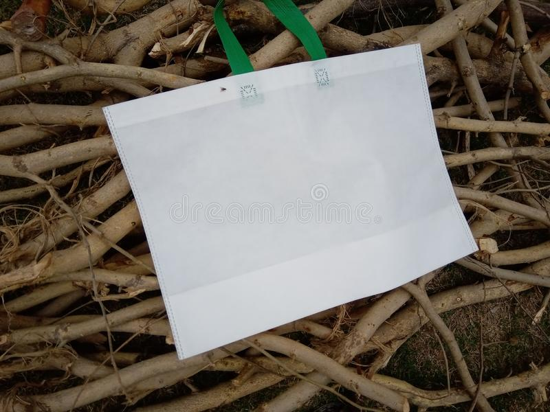Holzbeuteltasche mit grünem Griff lizenzfreie stockbilder