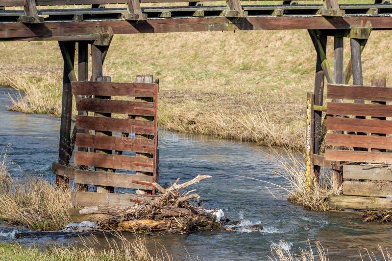 Holzbrücke über einem kleinen Fluss lizenzfreie stockfotos