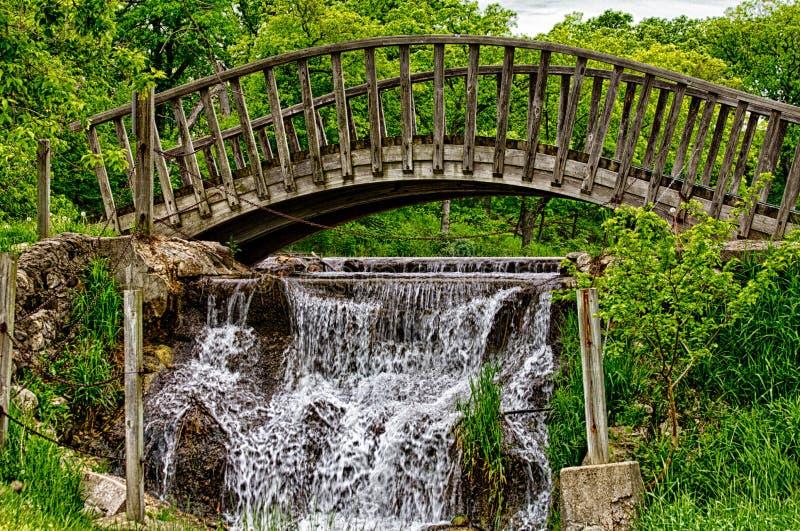 Holzbrücke über flüssigem Wasser stockfotografie