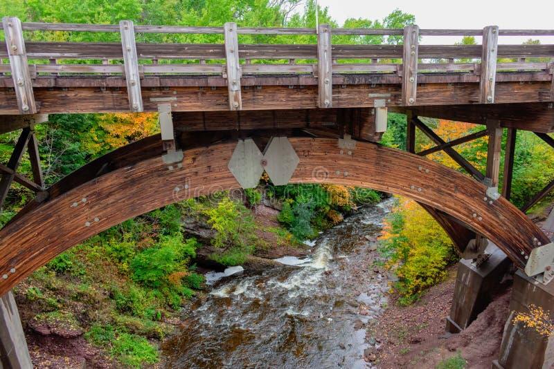 Holzbrücke über Fluss stockbild