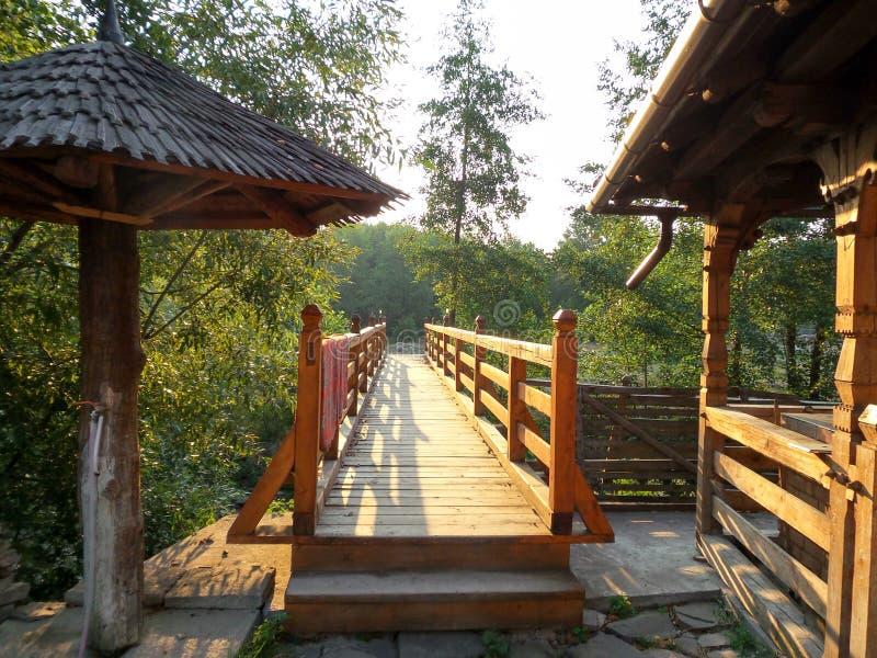 Holzbrücke auf ersten Sonnenstrahlen am Morgen lizenzfreies stockbild