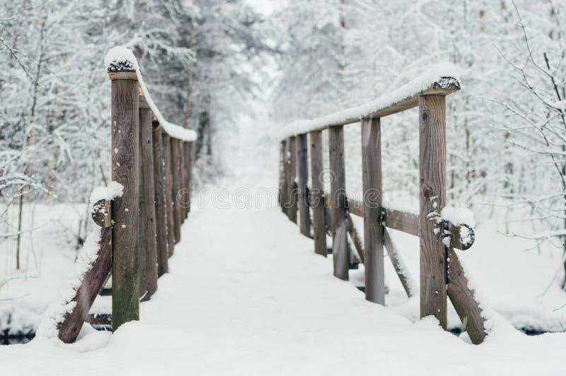 Holzbrücke bedeckt durch Schnee stockbilder