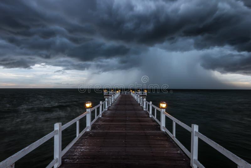 Holzbrücke in das Meer Thailand stockfotografie