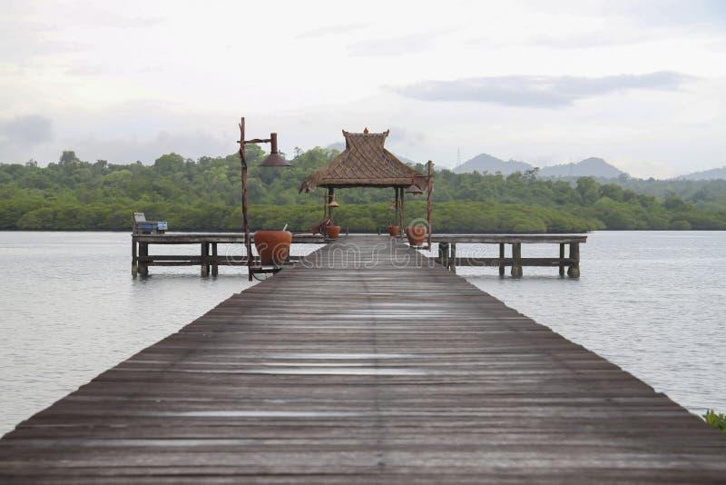 Holzbrücke für Boote mit Gazebo lizenzfreie stockbilder