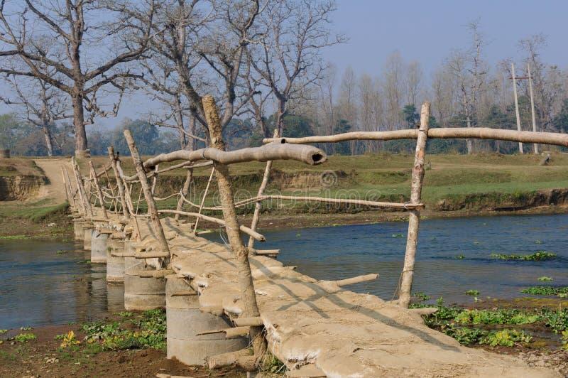 Holzbrücke im Dorf in Brücke Nepals A über dem Fluss Rapti, im Nationalpark Chitwan nepal lizenzfreies stockfoto