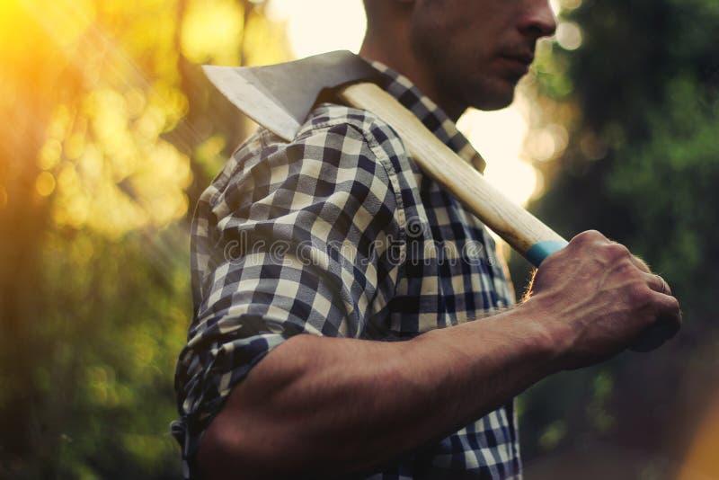 Holzfäller im Wald mit einer Axt lizenzfreies stockbild