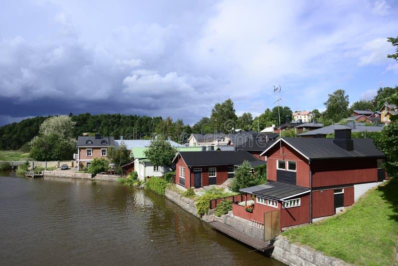 Holzhäuser durch den Fluss im alten Teil von Porvoo, Finnland lizenzfreies stockfoto