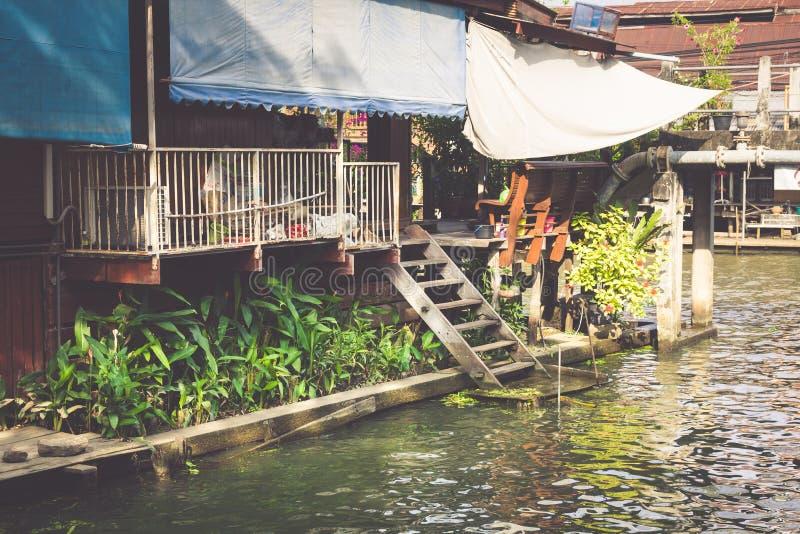 Holzhäuser entlang den Kanälen Fluss, Thailand lizenzfreie stockfotos