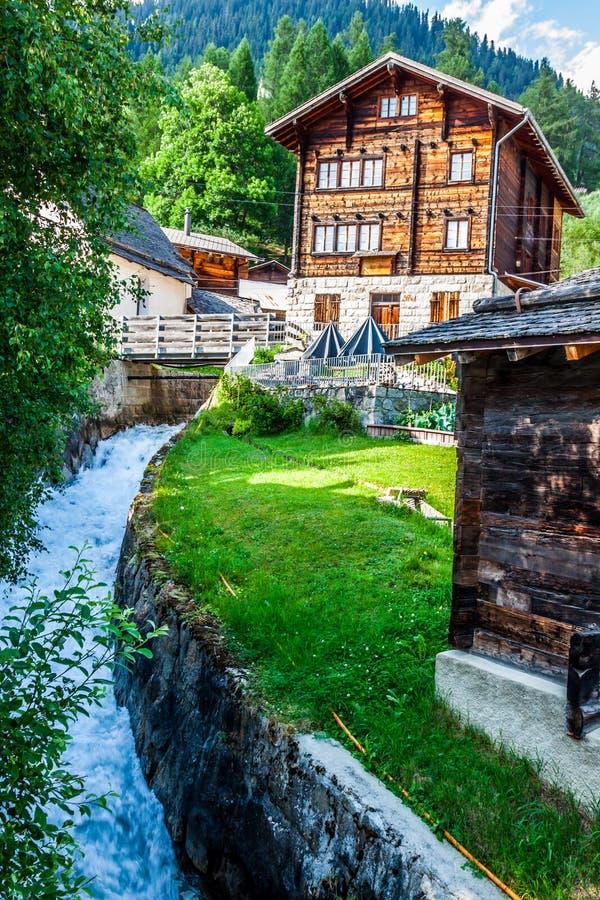 Holzhäuser in Fiesch - der Schweiz stockbilder