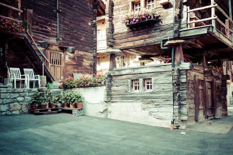Holzhäuser in Fiesch - der Schweiz lizenzfreie stockbilder