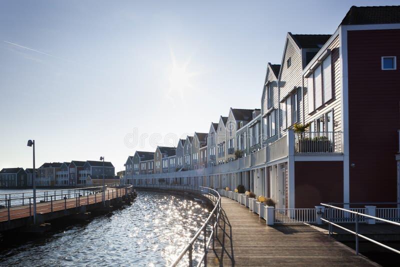 Holzhäuser in Houten in den Niederlanden stockbild