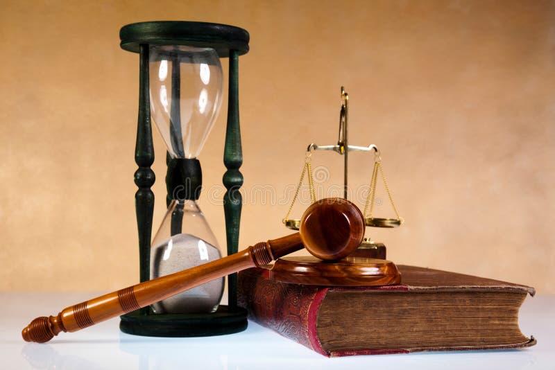 Holzhammer des Richters, des Gesetzbuches und der Skalen lizenzfreie stockbilder