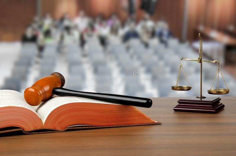 Holzhammer, Gesetzbuch und Skalen von Gerechtigkeit stockfotografie