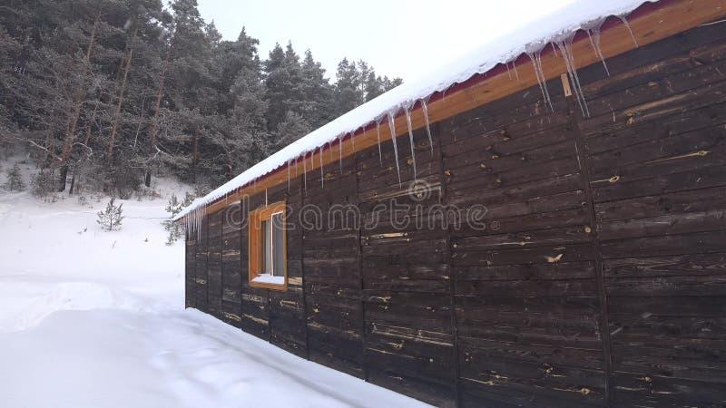 Holzhaus im Winter mit Eiszapfen stock footage
