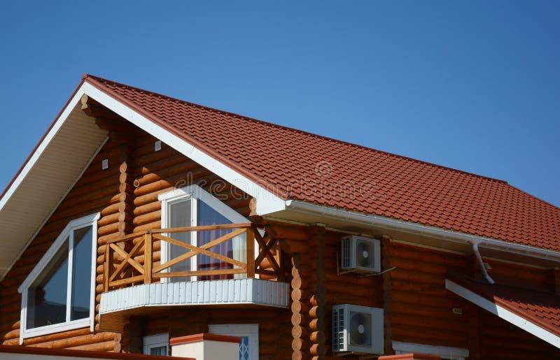 Holzhaus mit Metalldach, Dachboden, Lufteinlass, Balkon, Regengosse stockfotografie