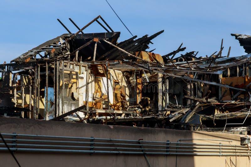 Holzhaus nachdem Feuer Detailbilder von einem Haus, das verlassen wurde, nachdem ein großes housefire brannte lizenzfreie stockbilder