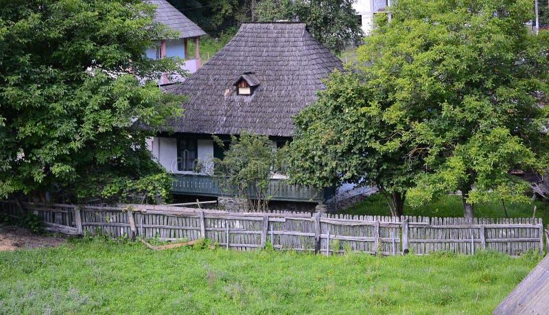 Holzhaus in Rumänien lizenzfreies stockbild