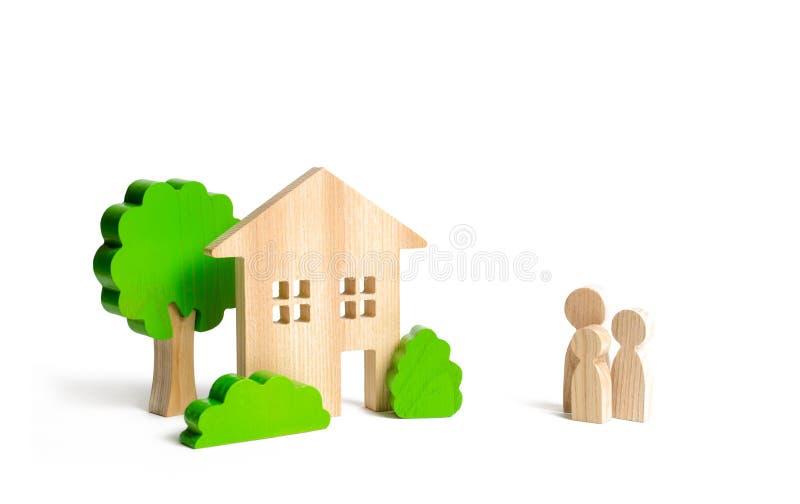Holzhaus und Familie Kaufen eines neuen Hauses Hypothek und Darlehen Zustandsprogramm der Unterstützung zu den jungen Familien be stockfoto