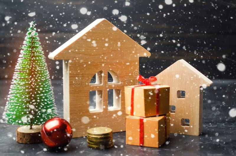 Holzhaus- und Weihnachtsbaum Weihnachtsverkauf von Real Estate Rabatte des neuen Jahres für kaufendes Haus Kaufwohnungen an einem stockfoto