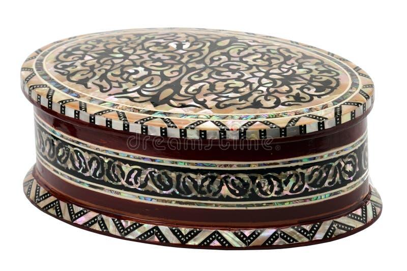 Holzkiste mit Verzierungen für Schmuck und Bijoux auf einem weißen Hintergrund stockbilder