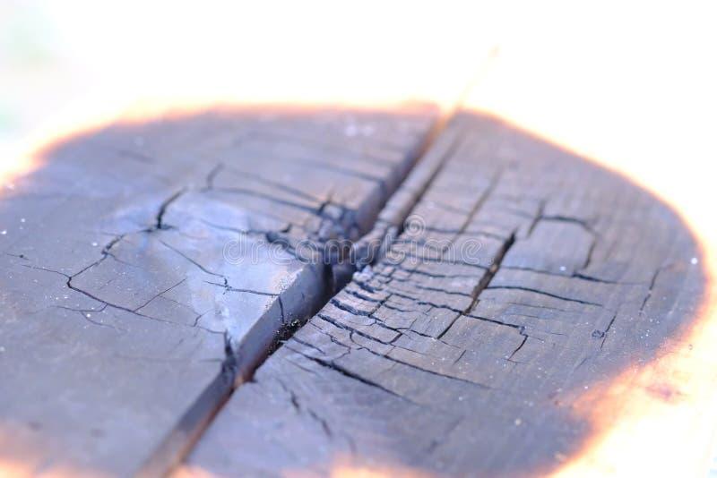 Holzkistebrände, bis das Feuer schwarz ist stockfotos