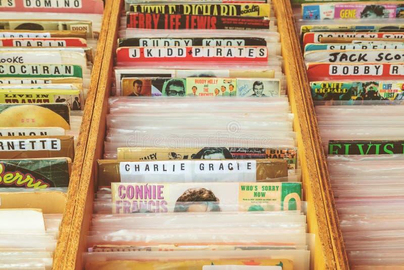 Holzkisten mit Vinyldrehscheibenaufzeichnungen auf einer Flohmarkt stockbild
