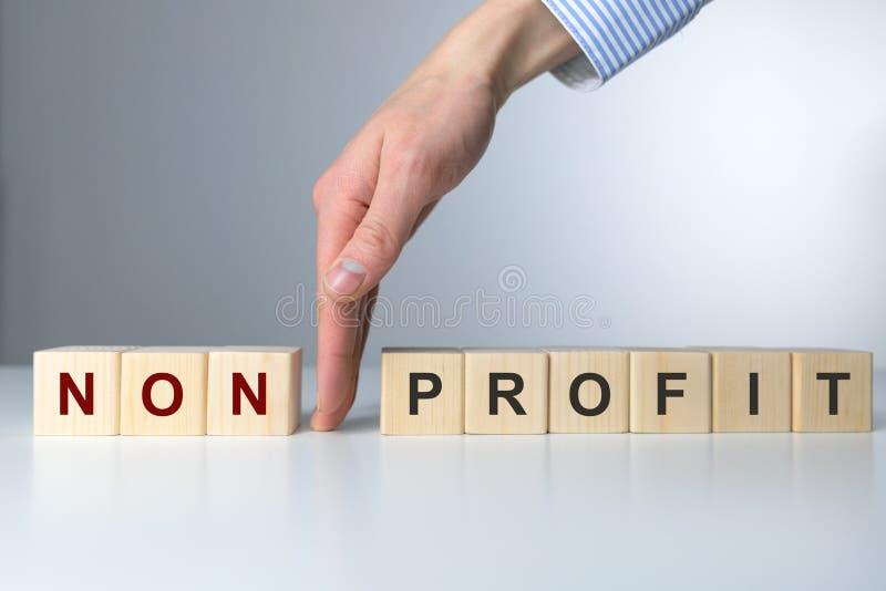 Holzklötze mit den Buchstaben, die nicht Gewinntext machen Die Hand der Frau zwischen nicht und Gewinn lizenzfreies stockfoto
