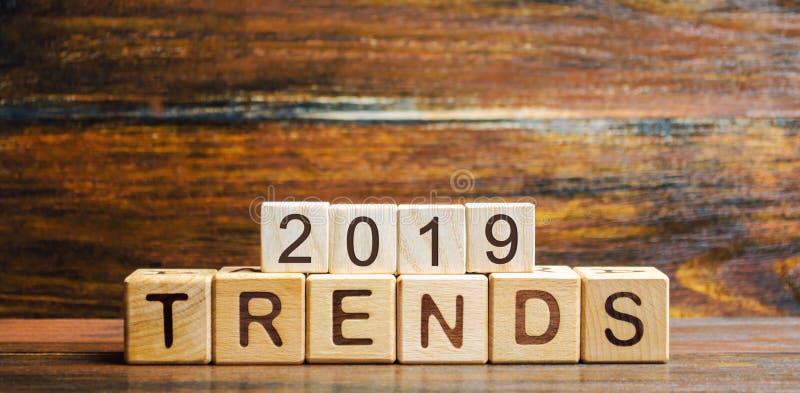 Holzklötze mit den Wort Tendenzen 2019 Haupttendenz des Änderns etwas Populäre und relevante Themen Neue ideologische Tendenzen v stockbild