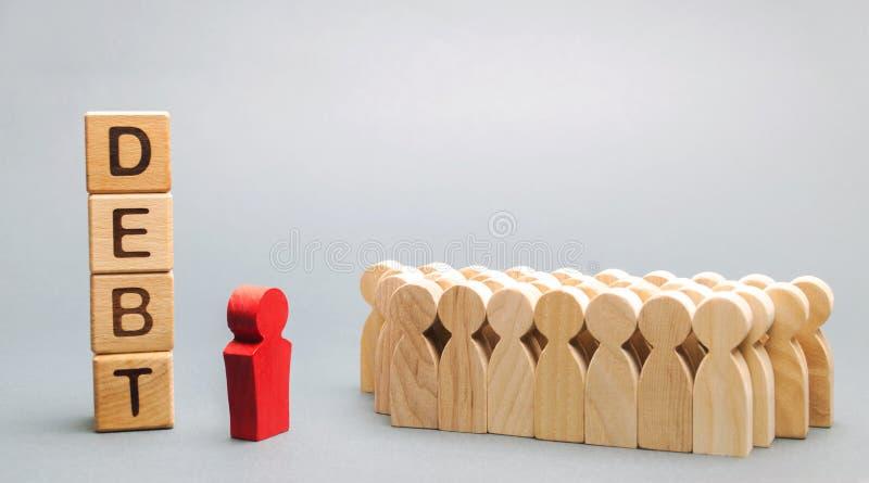 Holzklötze mit der Wort Schuld und Geschäftsteam mit einem Führer Diskussion über den Plan für die Zahlung von Schulden in der Fi stockbilder