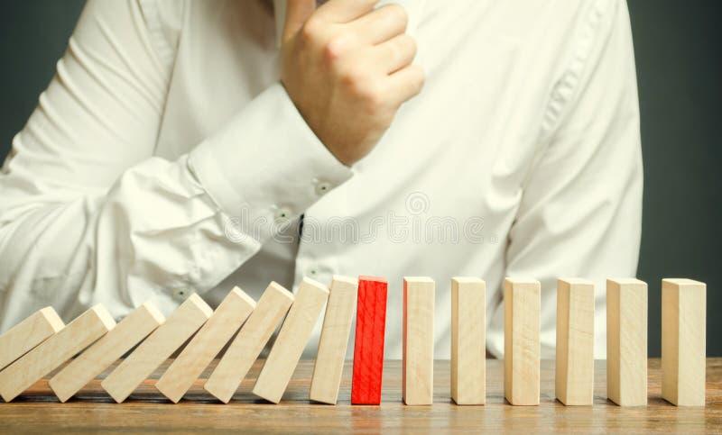 Holzklötze und der Effekt von Dominos Risikomanagement-Konzept Erfolgreiches starkes Geschäft und Lösen von Problemen Zuverlässig lizenzfreie stockbilder