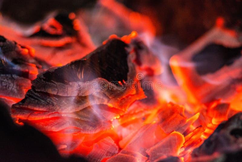holzkohle Brennendes Horn Brennende Kohlen im Grill lizenzfreies stockfoto