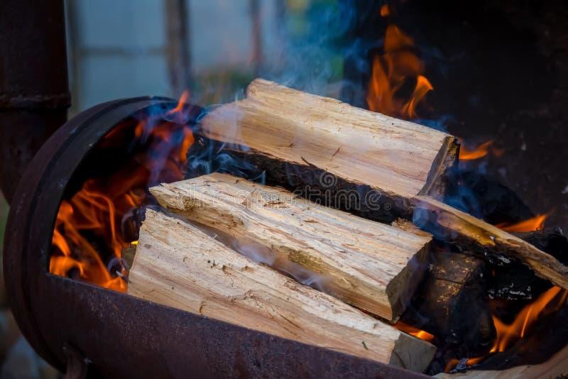 Holzkohle und Feuer stockfoto