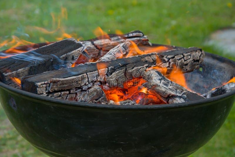 Holzkohlengrillgrill, beweglicher Messingarbeiter, brennendes Holz stockbilder