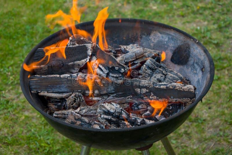 Holzkohlengrillgrill, beweglicher Messingarbeiter, brennendes Holz lizenzfreie stockbilder