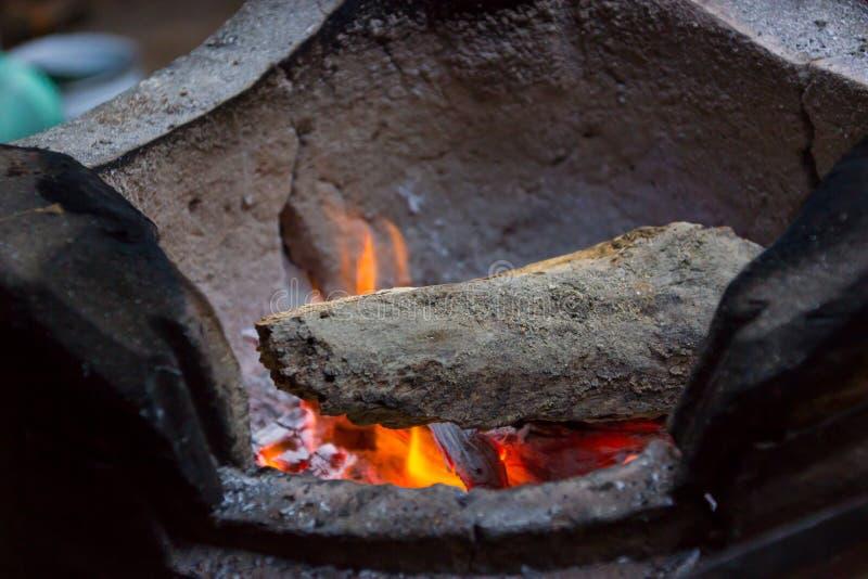 Holzkohlenkochen Wie man vorher in Thailand kocht stockbilder