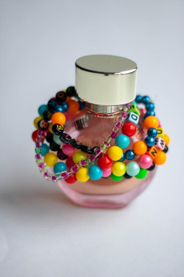 Holzperlen Bracelet Rainbow Herz auf weißem Grund, isolierte Perlen auf weißem Grund, Holzperlen Bracelet, Schmuckherstellung stockfoto